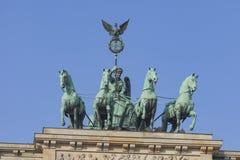 BERLIN TYSKLAND - APRIL 11, 2014: Quadrigaen överst av behån Arkivfoto