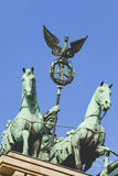 BERLIN TYSKLAND - APRIL 11, 2014: Quadrigaen överst av den Brandenburg porten Royaltyfria Foton