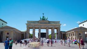 Berlin Tyskland circa Juli, 2018: Den Brandenburg porten, Time-schackningsperiod stock video