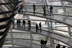 BERLIN TYSKLAND - December 17 2017: Inre sikt av kupolen i Reichstag byggnad Arkivbild