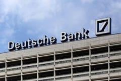Berlin Tyskland. Den Deutsche Bank logotypen Royaltyfria Bilder