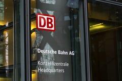 Berlin berlin/Tyskland - 24 12 18: Deutsche Bahn högkvarter står högt berlin Tyskland royaltyfria bilder