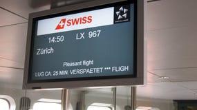 BERLIN TYSKLAND - FÖRDÄRVA 31st, 2015: En avvikelseskärm på den Berlin Tegel Airport porten, SCHWEIZISKT flyg till Zurich arkivbilder
