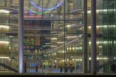 BERLIN TYSKLAND, FEBRUARI - 14, 2017: Blicken över den glass fasaden in i de moderna regerings- byggnaderna på natten Fotografering för Bildbyråer