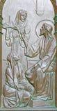 BERLIN TYSKLAND, FEBRUARI - 14, 2017: Bronslättnaden av dialogen av Jesus Visit Martha och Mary på porten av Dom Arkivfoto