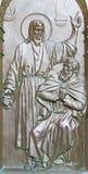 BERLIN TYSKLAND, FEBRUARI - 14, 2017: Bronslättnaden av dialognollan Jesus med Nicodemusen på porten av Dom Royaltyfri Fotografi