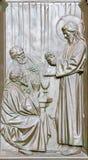 BERLIN TYSKLAND, FEBRUARI - 14, 2017: Bronslättnaden av kvällsmålet av Jesus med lärjungarna på Emamus på porten av Dom Royaltyfri Bild
