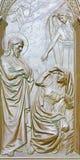 BERLIN TYSKLAND, FEBRUARI - 14, 2017: Bronslättnaden av utseendet för Kristus` s till Mary Magdalene på porten av Dom Royaltyfri Bild