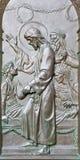 BERLIN TYSKLAND, FEBRUARI - 14, 2017: Bronslättnaden lyfta av den Jairus dottern på porten av Dom Royaltyfria Bilder