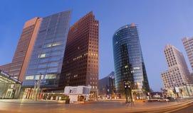 BERLIN TYSKLAND, FEBRUARI - 15, 2017: De höga byggnaderna av Posdam kvadrerar på skymning Arkivbilder