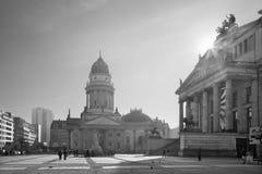 BERLIN TYSKLAND, FEBRUARI - 13, 2017: De kyrkliga Deutscher Domna och minnesmärken av Friedrich Schiller på Gendarmenmarkten kvad Arkivfoto