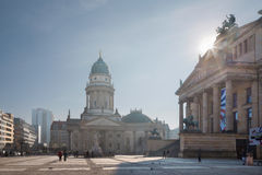BERLIN TYSKLAND, FEBRUARI - 13, 2017: De kyrkliga Deutscher Domna och minnesmärken av Friedrich Schiller på Gendarmenmarkten kvad Arkivbild