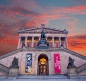BERLIN TYSKLAND, FEBRUARI - 14, 2017: Den Alte medborgaren Galerie och på skymning Arkivfoto