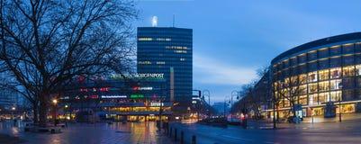 BERLIN TYSKLAND, FEBRUARI - 17, 2017: Den Breitscheidplatz fyrkanten på skymning Royaltyfri Fotografi
