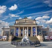 BERLIN TYSKLAND, FEBRUARI - 13, 2017: Den Konzerthaus byggnaden och minnesmärken av Friedrich Schiller Gendarmenmarkt kvadrerar Royaltyfri Foto