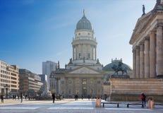 BERLIN TYSKLAND, FEBRUARI - 14, 2017: Den Konzerthaus byggnaden och minnesmärken av Friedrich Schiller och tyskdom Arkivbilder