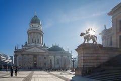 BERLIN TYSKLAND, FEBRUARI - 14, 2017: Den Konzerthaus byggnaden och tyskDomna på Gendarmenmarkten kvadrerar Arkivfoto