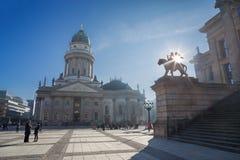 BERLIN TYSKLAND, FEBRUARI - 14, 2017: Den Konzerthaus byggnaden och tyskDomna på Gendarmenmarkten kvadrerar Royaltyfri Fotografi