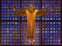 BERLIN TYSKLAND, FEBRUARI - 15, 2017: Den moderna Jesus Christ statyn i Kaiser Wilhelm Gedachtniskirche Arkivbilder