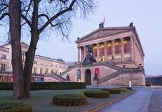 BERLIN TYSKLAND, FEBRUARI - 14, 2017: Den neoclassical byggnaden av den gamla National Gallery Arkivfoton