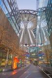 BERLIN TYSKLAND, FEBRUARI - 15, 2017: Den Sony mitten i morgon Mitten planlades av Helmut Jahn och Peter Walker Fotografering för Bildbyråer
