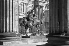 BERLIN TYSKLAND, FEBRUARI - 13, 2017: Domna och den Amazone för bronsskulptur zuen Pferde framme av det Altes museet av August Ki Arkivbilder