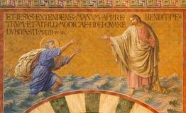 BERLIN TYSKLAND, FEBRUARI - 14, 2017: Freskomålningen av Peter som går på vatten in mot Jesus i den Herz Jesus kyrkan Royaltyfria Foton