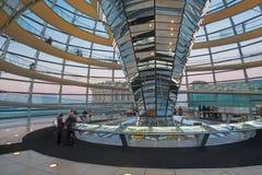 BERLIN TYSKLAND, FEBRUARI - 13, 2017: Interionen av kupolen av Reichstag byggnad Royaltyfri Fotografi