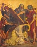 BERLIN TYSKLAND, FEBRUARI - 16, 2017: Målarfärgen på metallplattan - Jesus nedgång under kors Arkivbild