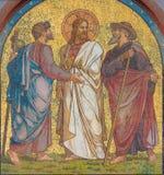 BERLIN TYSKLAND, FEBRUARI - 14, 2017: Mosaiken av Jesus med lärjungarna på vägen till Emmaus på fasaden av kyrkliga Emmausk Arkivbilder