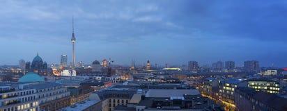 BERLIN TYSKLAND, FEBRUARI - 16, 2017: Panorama av Berlin i aftonskymning Royaltyfria Bilder