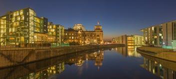 BERLIN TYSKLAND, FEBRUARI - 16, 2017: Panorama av moderna regerings- byggnader och Reichstag över festfloden Arkivfoton