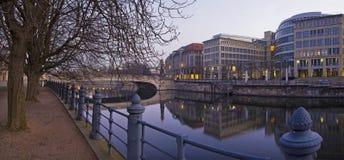 BERLIN TYSKLAND, FEBRUARI - 16, 2017: Panoramastrand över festfloden i morgon Royaltyfria Foton