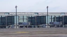 BERLIN TYSKLAND - JANUARI 17th, 2015: Berlin Brandenburg Airport BER, fortfarande under konstruktion, tom slutlig byggnad royaltyfria bilder