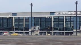 BERLIN TYSKLAND - JANUARI 17th, 2015: Berlin Brandenburg Airport BER, fortfarande under konstruktion, tom slutlig byggnad Fotografering för Bildbyråer