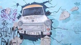 BERLIN TYSKLAND - JANUARI 17th, 2015: del av det berömda gallerit för östlig sida av Berlin Wall med en grafitti av en Trabant Arkivbilder