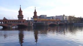 BERLIN TYSKLAND - JANUARI 17th, 2015: historisk Oberbaum bro Oberbaumbruecke och flodfesten Fotografering för Bildbyråer