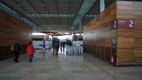 BERLIN TYSKLAND - JANUARI 17th, 2015: Inom av de Berlin Brandenburg Airport BERNA fortfarande under konstruktion tom terminal Arkivbilder