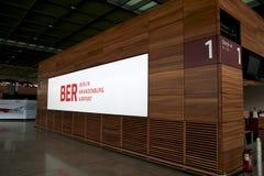 BERLIN TYSKLAND - JANUARI 17th, 2015: Inom av de Berlin Brandenburg Airport BERNA fortfarande under konstruktion tom terminal Arkivfoton