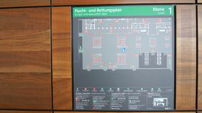 BERLIN TYSKLAND - JANUARI 17th, 2015: Inom av de Berlin Brandenburg Airport BERNA fortfarande under konstruktion tom terminal Arkivbild