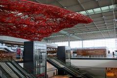 BERLIN TYSKLAND - JANUARI 17th, 2015: Inom av de Berlin Brandenburg Airport BERNA fortfarande under konstruktion tom terminal Arkivfoto