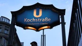 BERLIN TYSKLAND - JANUARI 17th, 2015: Kochstrasse U-Bahn stationstecken på berömda Checkpoint Charlie, gångtunnelstation Arkivfoton