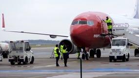BERLIN TYSKLAND - JANUARI 17th, 2015: NorrmanBoeing 737 flygplan som ankommer på porten i den Berlin Schonefeld flygplatsen SXF Arkivbilder
