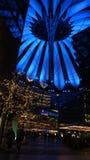 BERLIN TYSKLAND - JANUARI 17th, 2015: Stäng sig upp av den blått tända takstrukturen av Sony Center på natten, stark uppvisning royaltyfri bild