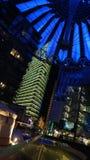 BERLIN TYSKLAND - JANUARI 17th, 2015: Stäng sig upp av den blått tända takstrukturen av Sony Center på natten, stark uppvisning Arkivfoton