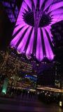 BERLIN TYSKLAND - JANUARI 17th, 2015: Stäng sig upp av den rosa färger tända takstrukturen av Sony Center på natten, stark uppvis Royaltyfri Fotografi