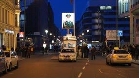 BERLIN TYSKLAND - JANUARI 17th, 2015: Tidigare bordercrosstestpunkt Charlie i Berlin Det ` s denbekanta Berlin Wall Royaltyfri Fotografi