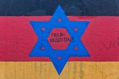 BERLIN TYSKLAND - JULI 2015: Berlin Wall grafitti som ses på JULI 2 fotografering för bildbyråer