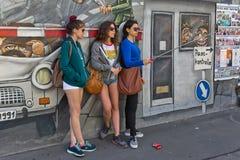 BERLIN TYSKLAND - JULI 2015: Berlin Wall grafitti som ses på JULI 2 arkivbilder