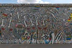 BERLIN TYSKLAND - JULI 2015: Berlin Wall grafitti som ses på JULI 2 royaltyfri fotografi